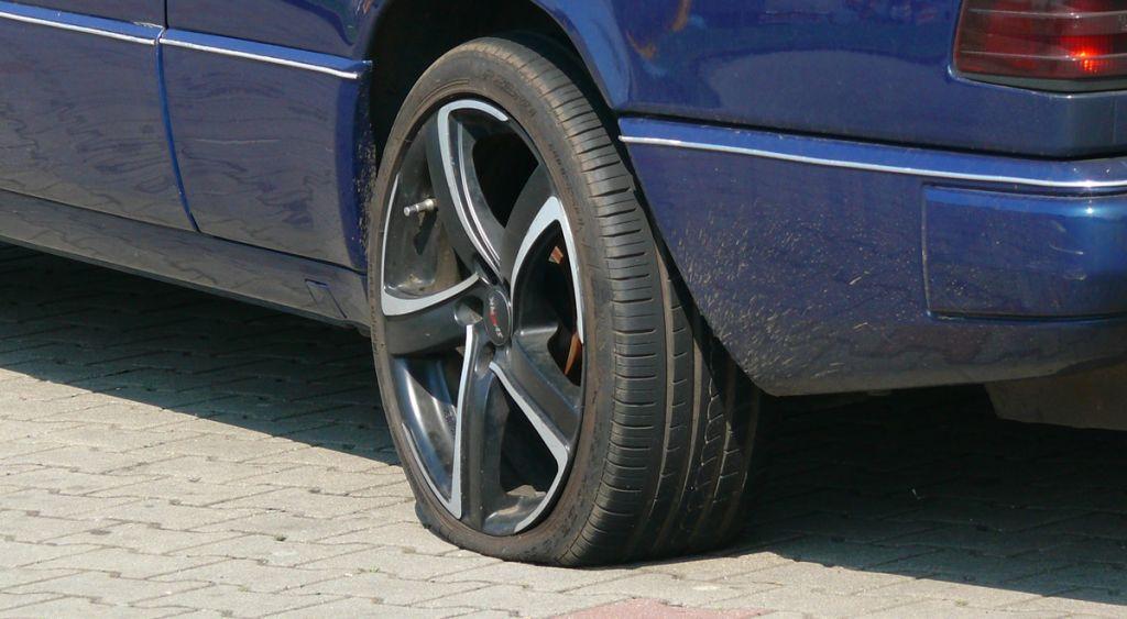 Vandalismus: Unbekannter schlitzte zahlreiche Reifen auf
