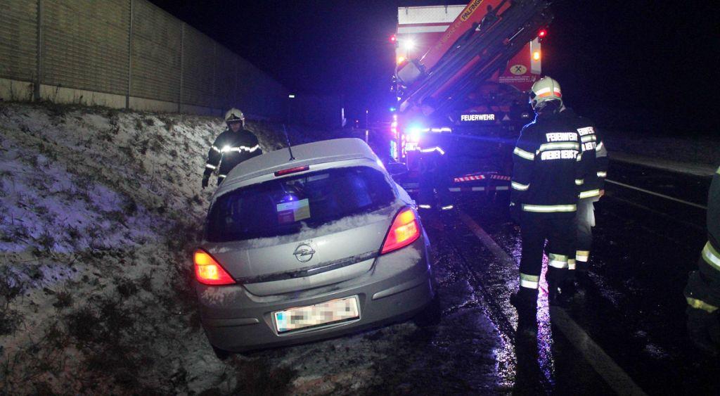 Glatteis: Fahrzeugbergung auf B21b wird zur Rutschpartie