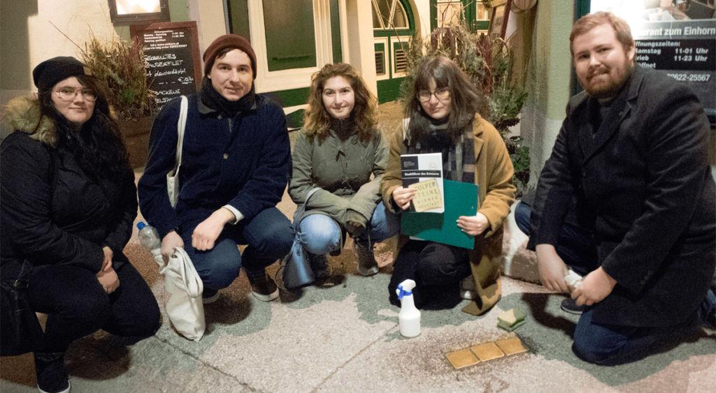Wiener Neustadt: Junge Linke putzen Stolpersteine